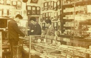 1958年(昭和33年)宝金堂店内にて